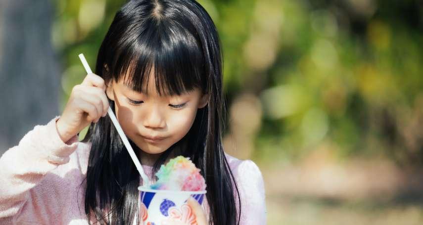 「殯儀館的味道,是甜甜的蘆筍汁…」她喝著回不去的老牌飲料,道出與爺爺的童年回憶