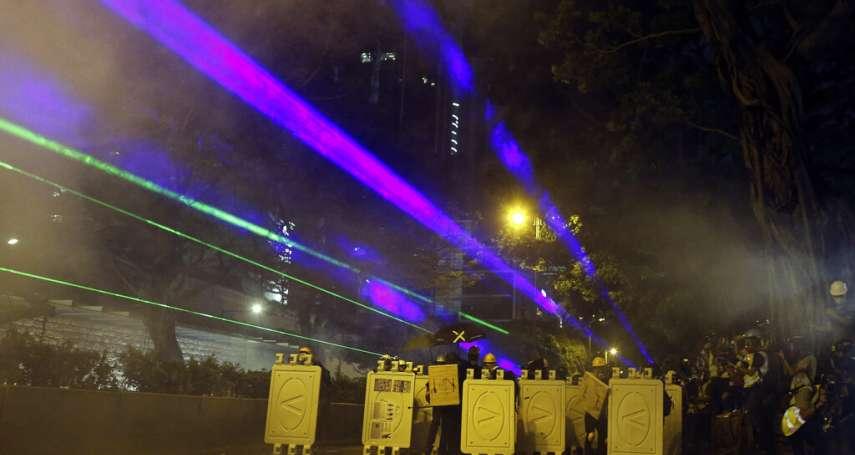 觀星用雷射筆是「攻擊性武器」?!香港浸大學生會長被捕 千人包圍警署討公道,市民再遭催淚彈攻擊