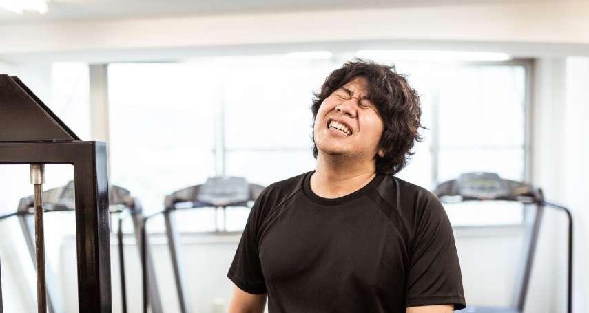 上班久坐肚子越來越大?健身教練3招椅子運動,幫你甩開小腹和腰痠背痛說再見!