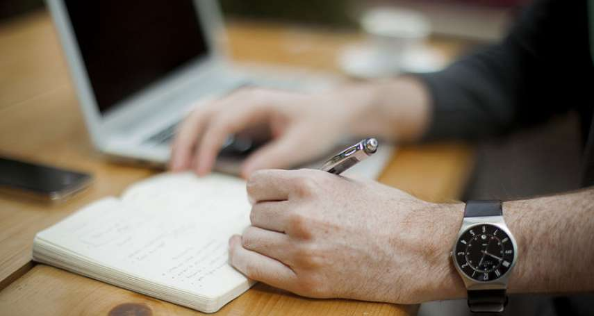 左撇子更聰明是真的? 牛津研究首度發現變異基因:左撇子口語表達可能較優秀!