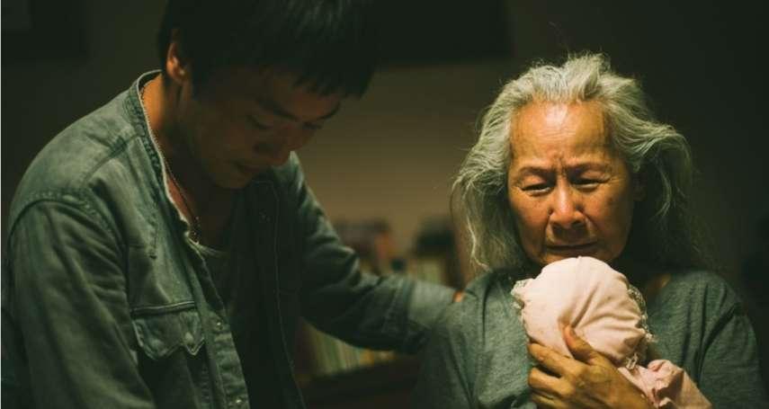 失智老人全身被淋糞水,現場工作人員看了鼻酸…國片導演真實刻劃失智亡母不堪境遇