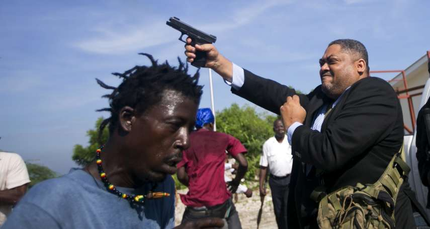 海地國會議員當眾拔槍!美聯社攝影記者臉部遭子彈劃過,議員:正當自我防衛