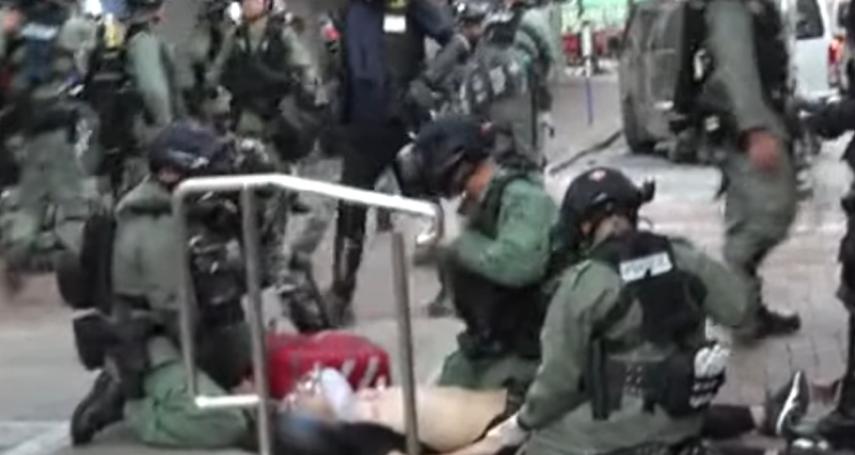 開槍是「警告無效下的適當武力」!香港警察開槍射擊抗議學生,港府「對暴徒行徑表示憤慨」