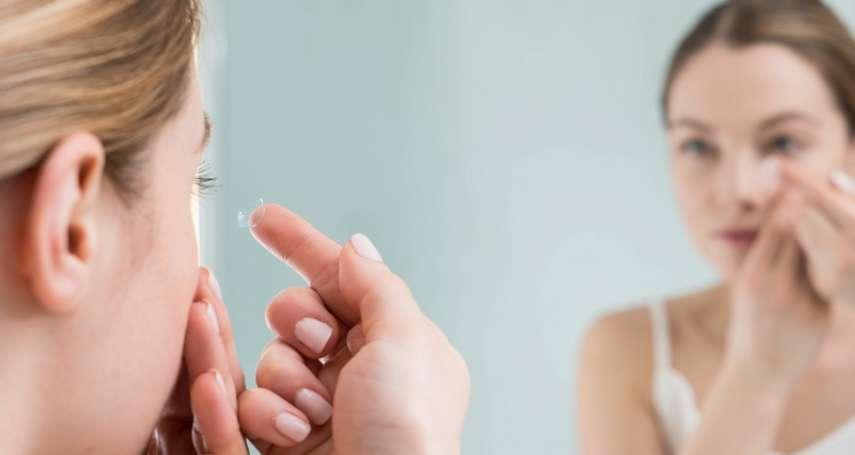 戴著隱形眼鏡洗澡、游泳,小心被感染到失明!自來水中的這種蟲,竟會溶解眼角膜