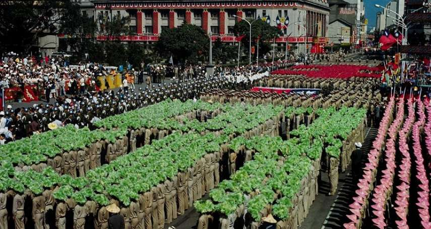 那些年,我們戴著傘帽在總統府前奔跑...當年苦不堪言的「學生排字秀」,竟成為外銷邦交國的台灣之光?