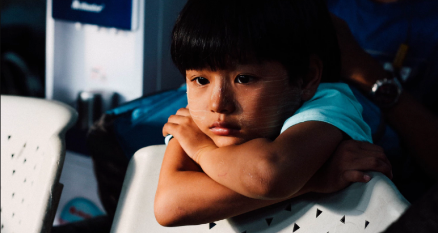 別讓「卑微憂鬱」代代相傳!心理師:永遠自認不夠好的母親,更易教出自卑小孩