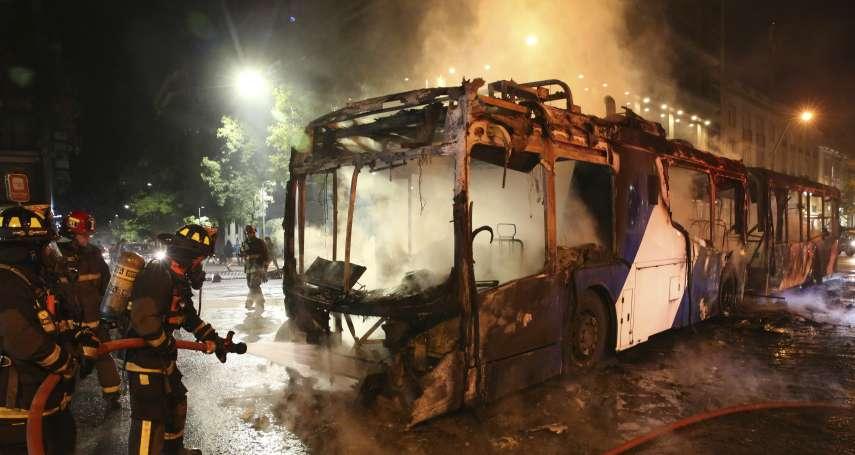南美洲烽火》地鐵漲價引發抗爭,示威者縱火燒車站,智利首都聖地牙哥進入緊急狀態