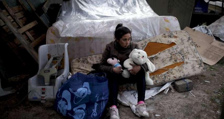 政府承諾拚經濟,人民卻八口同睡一床、住橋下…總統大選前夕,《美聯社》鏡頭拍下阿根廷庶民群像