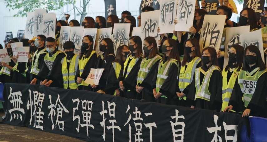 不甩禁蒙面法!千名香港中文大學畢業生戴面具與口罩抗議:畢業典禮提前結束、校長匆匆離場
