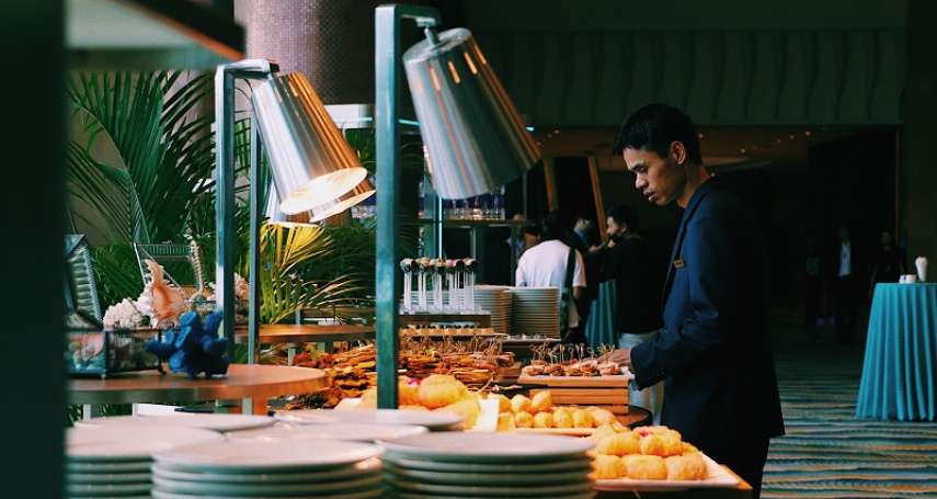 空腹去吃到飽餐廳其實沒用,坐冷氣口容易拿過量食物?醫師教戰:去吃到飽餐廳三大飲食原則