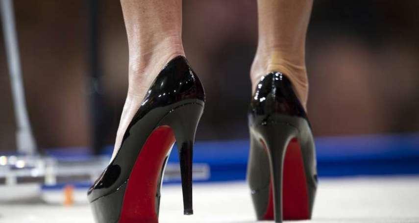 「#KuToo」運動近半年,日本OL脫下高跟鞋了嗎?日本勞聯會調查:1成企業仍有高跟鞋規定
