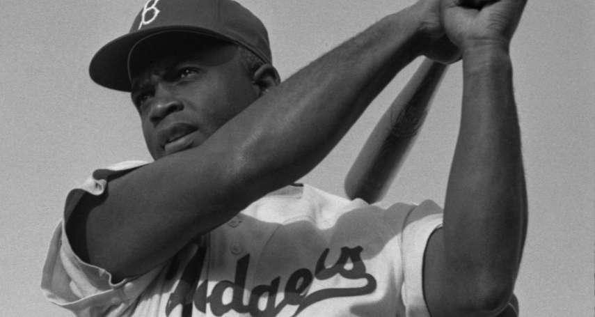 投手故意往他的頭k過去,跑者用釘鞋往他身上踩…大聯盟第一個黑人球員曾遭到這種對待