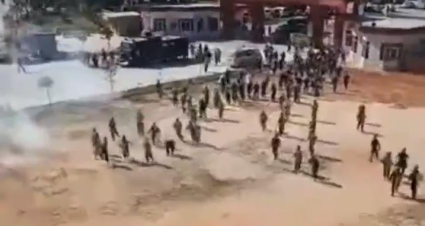 抗議政府騙蓋火葬場》廣東民眾上街示威 中國政府出動裝甲車、催淚彈鎮壓,特警見人就抓!