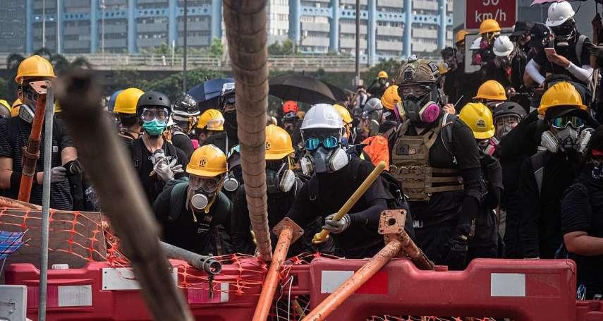 不知何時會被殺死,背包隨時放著遺書:從《自由‧飛》看香港青年的街頭搏命