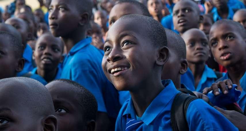 不用是醫生也可以救人!她連2年赴肯亞助童,幫兒童除沙蚤、教女童手做衛生棉