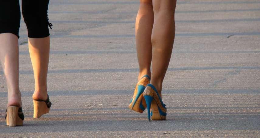 穿高跟鞋助提臀,小腹竟也跟著凸了?專家道出「骨盆前傾」隱藏危機
