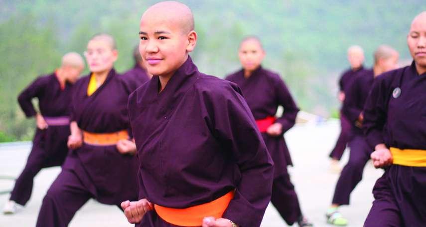 尼泊爾「功夫比丘尼」:優雅舞劍、深入救災、到偏鄉宣揚女權!致力翻轉佛教性別歧視
