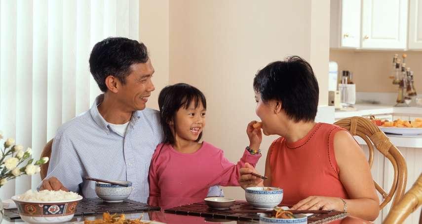 給孩子辦「附卡」真的好嗎?華爾街日報:學會這一招,再也不用「小孩刷卡、爸媽買單」