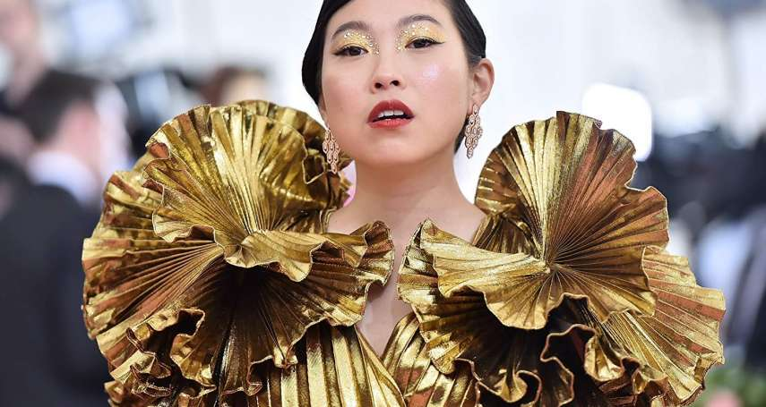 曾遭中國網友狠酸「蛤蟆成精」,女星奧卡菲娜不畏人言走自己的路,登金球獎首位華裔影后
