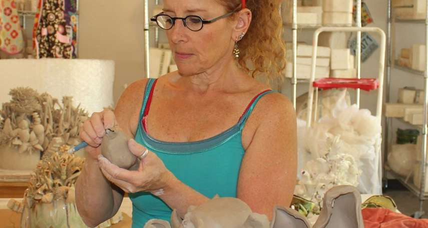 臺灣國際陶藝雙年展首獎得主 美國Susan Beiner《盛菊花》