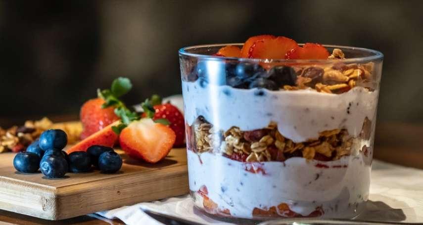 過年肥了一圈?開始健身減肥前,小心這八種食物會讓你做白工!優格、能量飲料都超NG