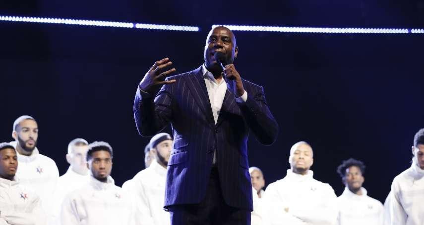 NBA全明星賽》致敬布萊恩與前主席史騰 魔術強森帶領全場牽手默哀8秒
