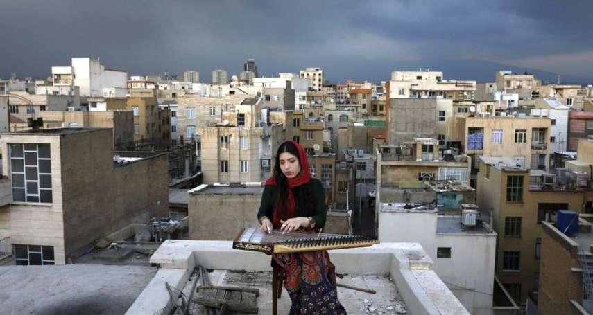 疫情下的慰藉》穹蒼為幕、屋頂為台 伊朗音樂家以「卡農琴」優美樂聲撫慰人心