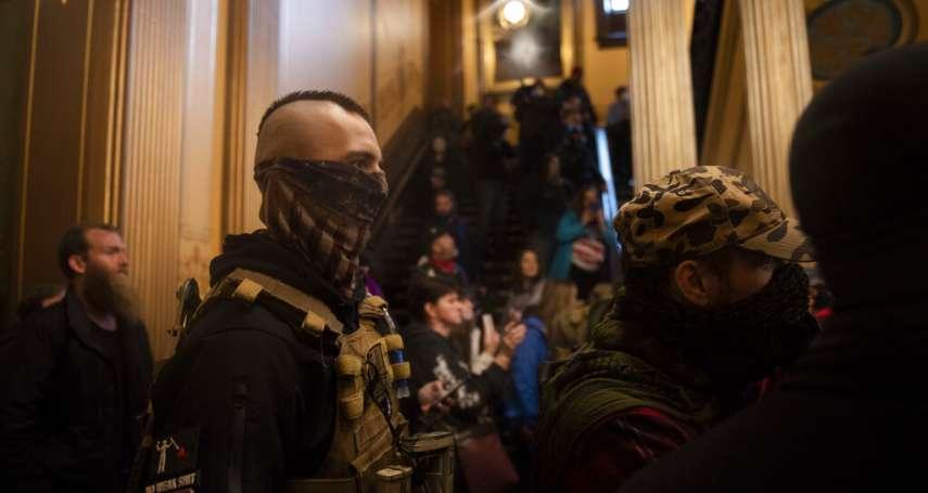 帶槍闖進州議會示威!美國密西根「反封鎖」民眾武裝抗議 警察試圖阻攔未果