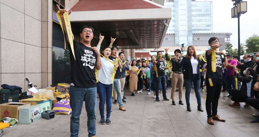「高雄需要北漂市民保護!」罷韓團體北車發黃絲帶籲返鄉投票