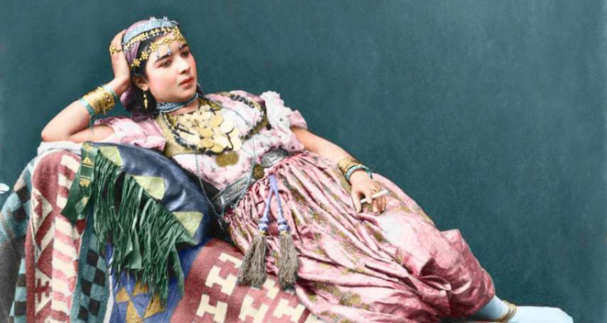伊斯蘭古典美女跟我們想的不一樣!露臉和肚臍、跳起舞婀娜多姿…19世紀夢幻影像珍貴重現