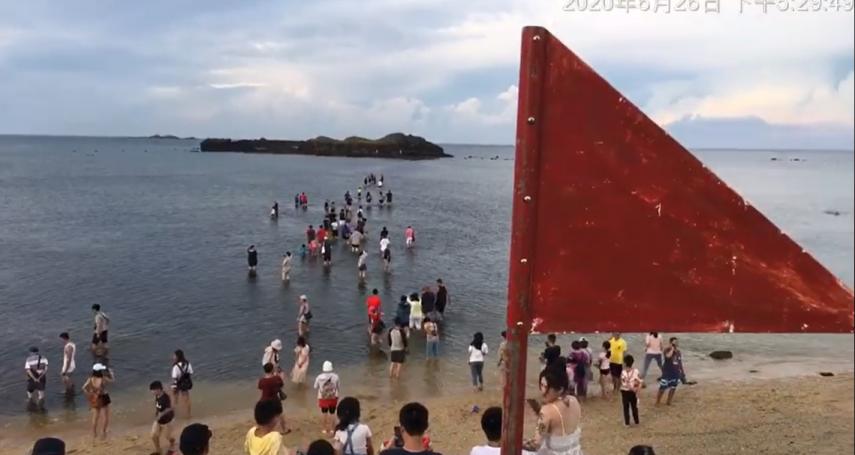 摩西分海變「填海」?民眾無視漲潮警告入海踏浪 網酸:海龍王會管