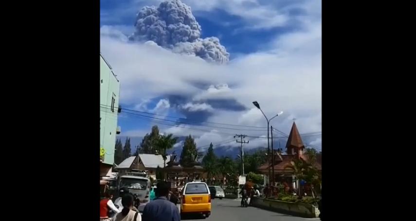 印尼西納彭火山爆發,灰雲直衝5000公尺高空