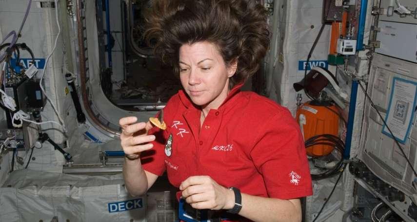 太空人在外太空都在吃甚麼?大啖炸雞、泡麵、披薩…無味乾糧早就過時啦!