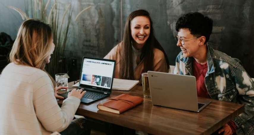 【常見英文錯誤】台灣人超愛講「我要去social一下」,老外聽得滿臉問號!10個例句教你說出最正統的社交英文