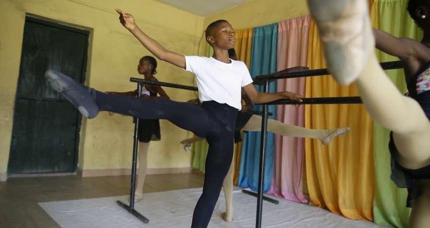 打破性別刻板印象!非洲11歲男孩一跳成名,從「雨中芭蕾」一路跳到美國芭蕾舞團