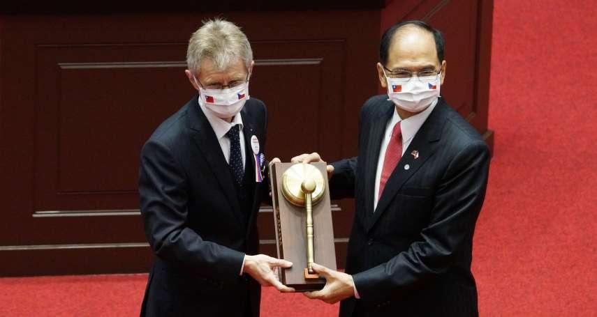 致贈韋德齊國會紀念議事槌 游錫堃力讚「偉大國家的偉大政治家」