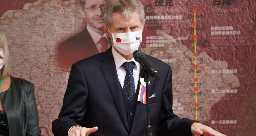 捷克參議長韋德齊返抵國門 民眾高舉「我是台灣人」標語接機