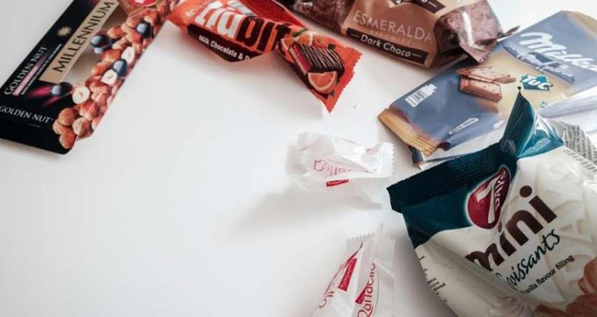 餅乾吃完,包裝袋直接丟掉有多浪費?英國用這計畫誇下海口:2025年塑膠製品要「完全回收」