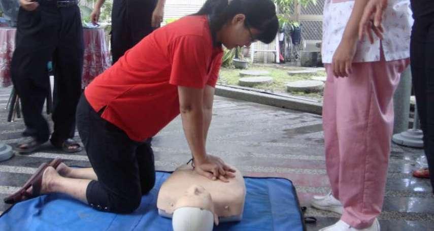 急救教學》家人突然倒地、失去呼吸心跳,該怎麼辦?醫生教你幾招,應付5大危急狀況