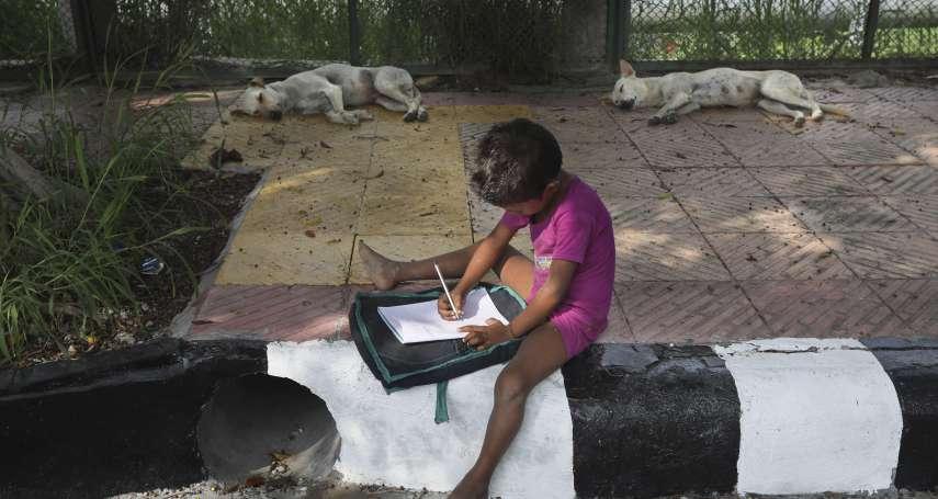 疫情下的數位不平等》暖心!學校停課貧童無處去 印度夫婦榕樹下開設「街頭教室」