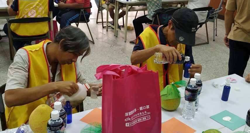 中市府邀志工街友作柚香清潔劑 另外贈送秋節禮品