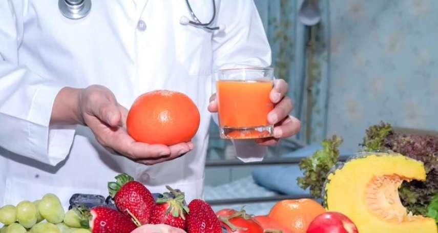 為何一樣的食物,吃蘋果就是比喝蘋果汁還飽?這項研究揭「飽足感」真相