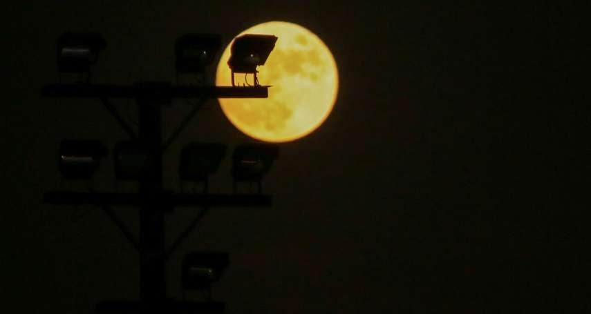 10月罕見天文景觀!中秋連假賞月看火星 時隔76年萬聖夜迎「藍月」
