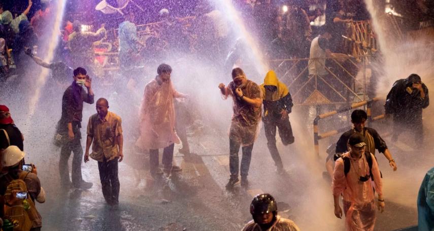 手無寸鐵的他,那晚獨力抵擋鎮暴警察!泰國社運健將阿努拉克接受《路透》專訪:我願冒生命危險保護年輕人
