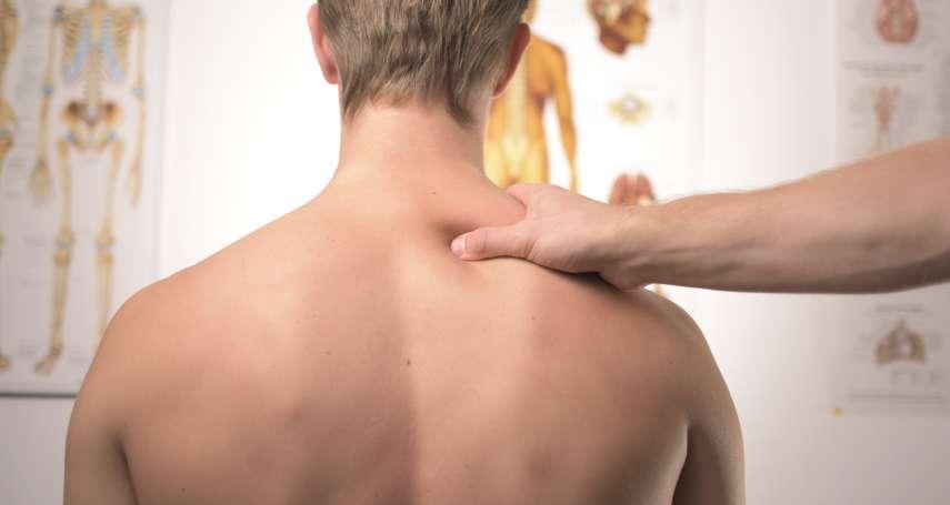 肩膀疼痛未必是五十肩!醫生教你三招伸展運動舒緩,在家就能輕鬆做