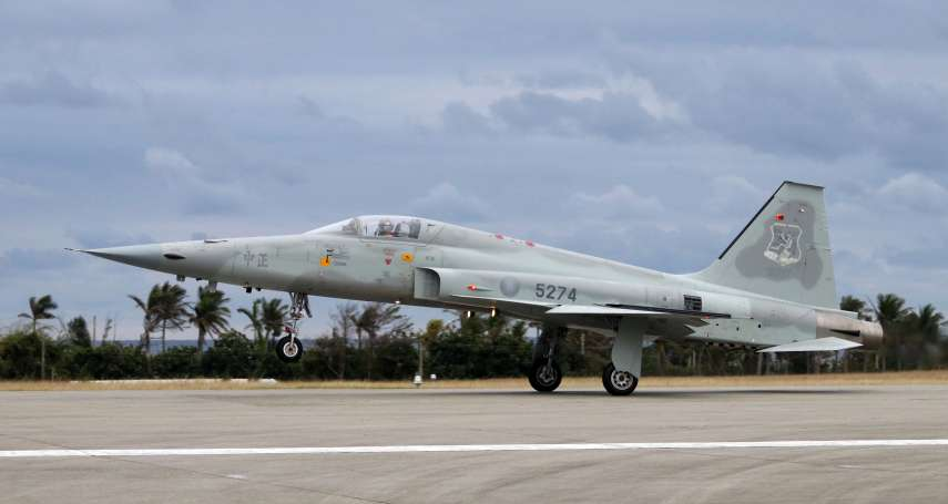 F-5E空中擦撞》尋獲1無意識飛官,另一人失聯 黑鷹持續搜救