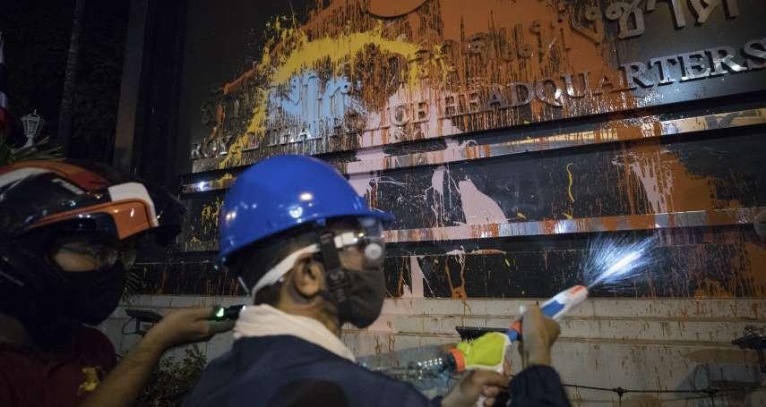 抗爭再升級!不滿警察水砲與實彈鎮壓 泰國上萬示威者包圍警總潑漆