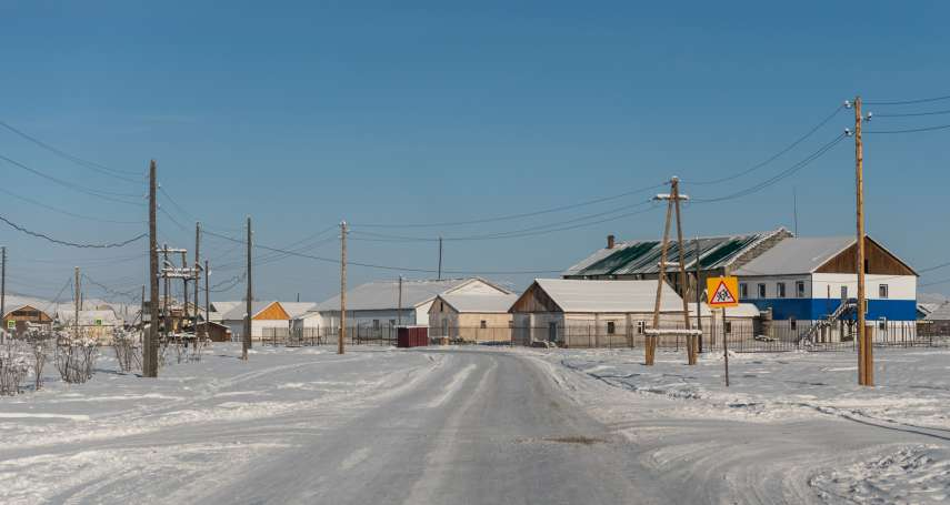全球最冷村落!俄羅斯小鎮「零下50度」照常上課,學生在雪地裡摸黑等公車