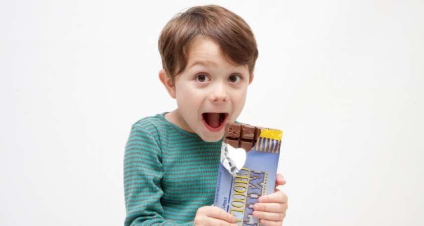 家長哄小孩別再拿這兩種東西!營養師:內含2大成分恐引發過動、影響睡眠
