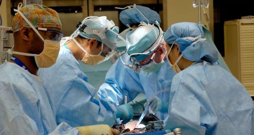 「醫療人員緊急插管,就是和病患一起靠近離死亡最近的地方」第一線醫護面臨的感染風險有多高?重症醫師曝真相